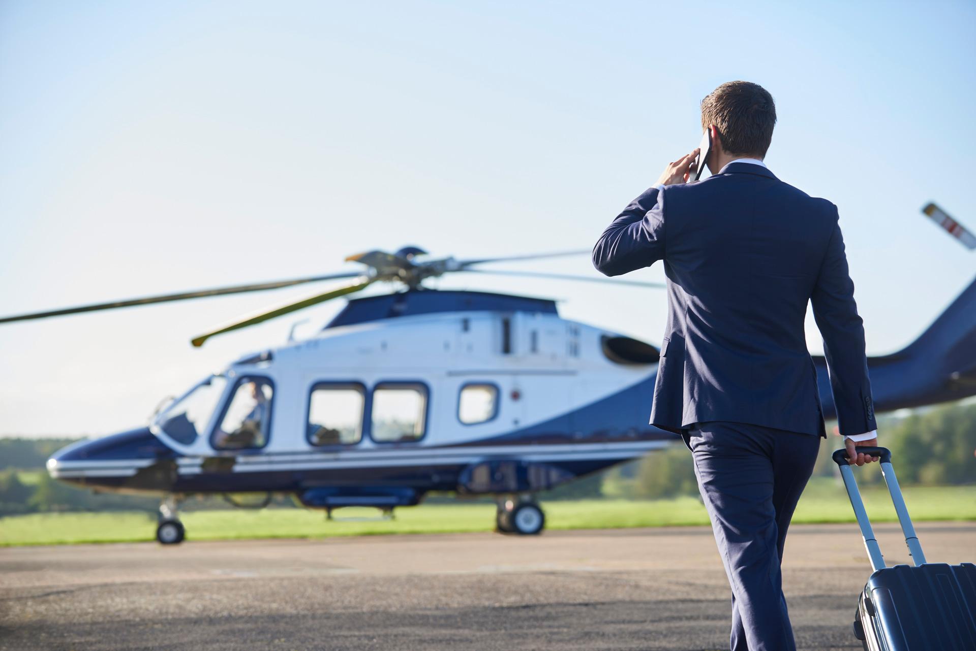 image personne marchant vers hélicoptère